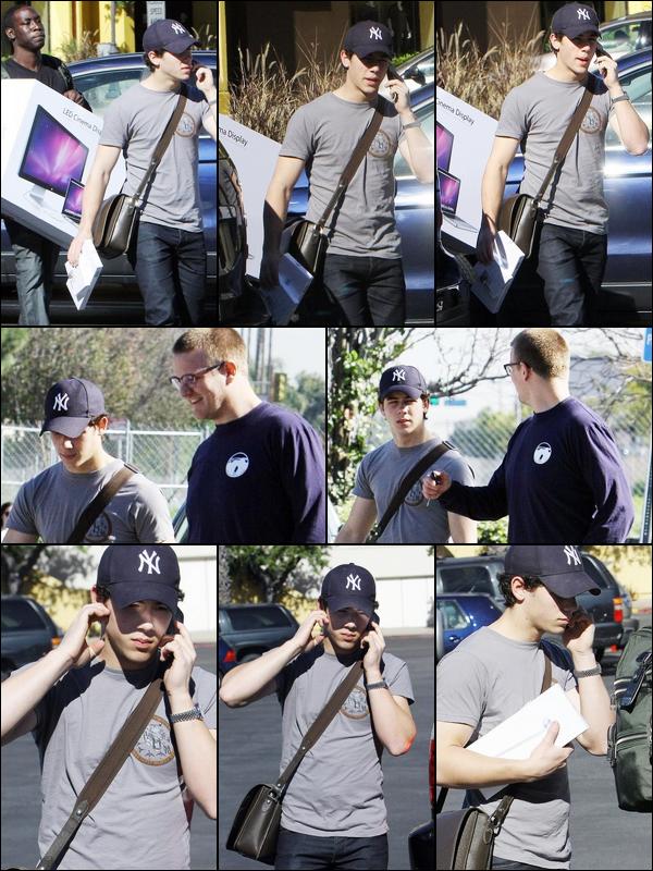 . 23/01/11 : Nick sortant de l'Appel Store, son LED Mac 27 pouces à la main de son chauffeur, Californie.  .