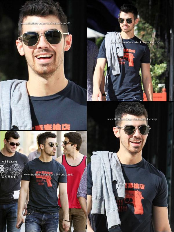 . 05/03/11 : Joe allant faire un tour au magasin American Rag, toujours entouré des ses potes.  .