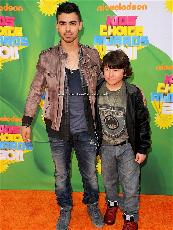 . 02/04/11 : Joe & Frankie posent sur le tapis orange des Kids Choice Awards 2011 . Joe Jonas, Nick Jonas & les Jonas Brothers n'ont remporté aucun Kids Choice Award en cette soirée..