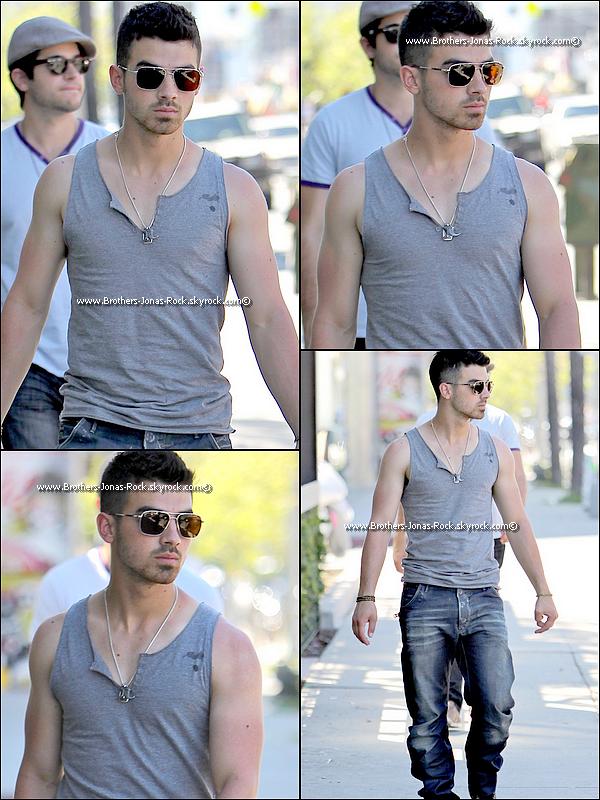 . 31/03/11 : Hotty Joseph a été vu sortant du Starbucks de Los Angeles en compagnie de ses amis.  .