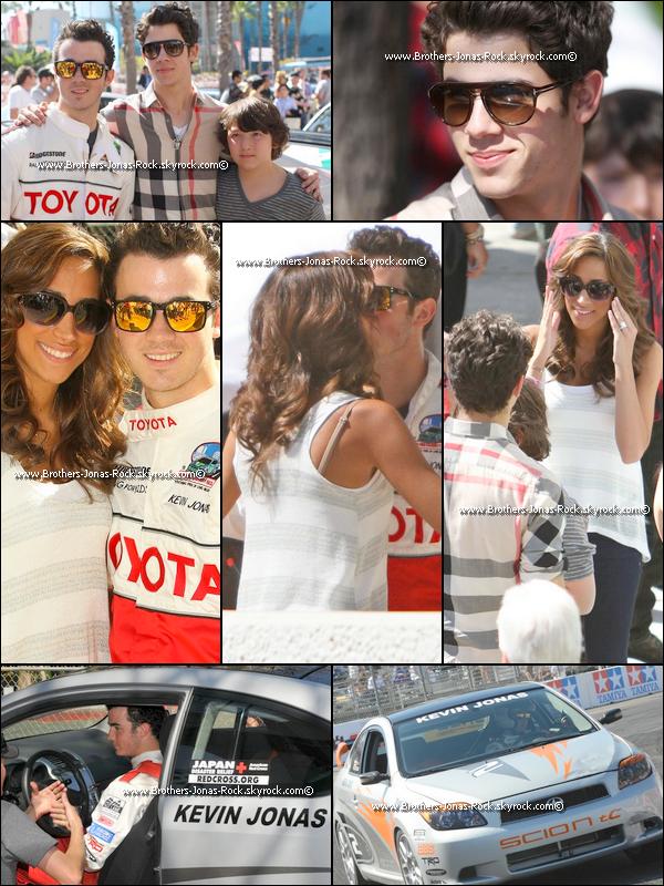 . 16/04/11 : Nick, Danielle & Bonus soutiennent Kevin avant la Course organisée par Toyota, Long Beach.  .