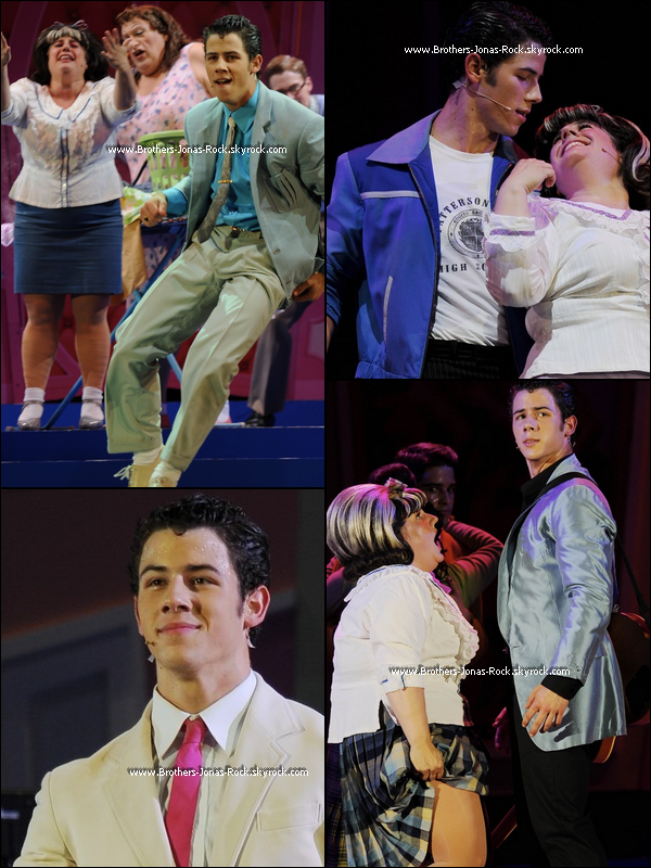 """.  05/08/11 : Nick jouant la pièce de thèatre musicale """"Hairspray"""" pour la première fois à Hollywood Bowl.  ."""