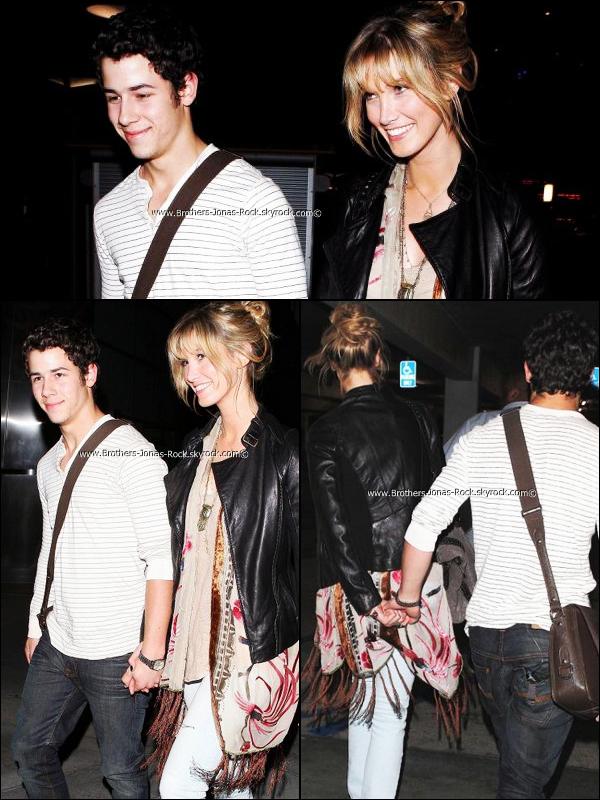 .  21/08/11 : Main dans la main comme toujours, Nick & Delta sortent après une soirée ciné au Arclight.  .