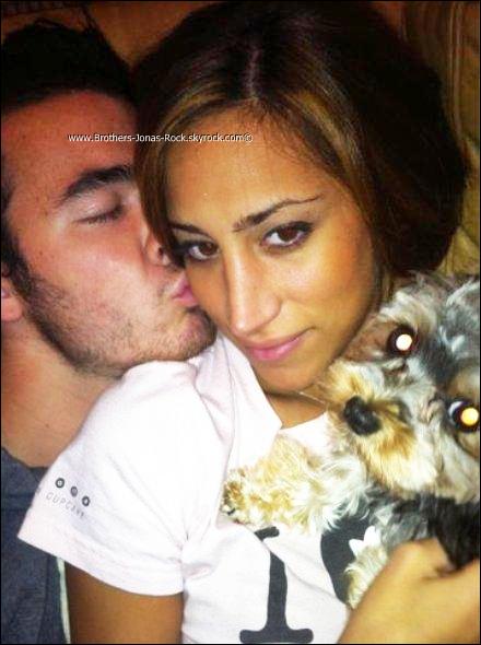 . Nouvelle photo perso' de Kevin, Danielle & Riley Jonas. --Ne sont-ils pas mignons ?  .