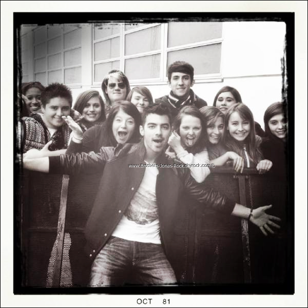 . Photo postée sur le compte Instagram de Joe dès son arrivée à Londres.  Joe Jonas fera une séance dédicace à Paris au Virgin des Champs Elysées vers 21h le 20 Octobre prochain. Qui va y etre ? .