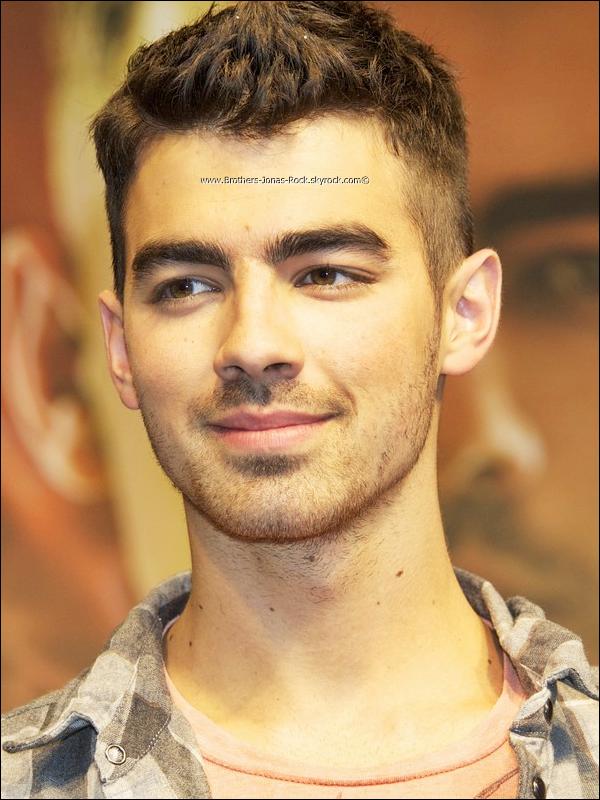 . 13/10/11 : Joe est arrivé en Europe. Il donne une conférence de presse à Madrid, en Espagne. .