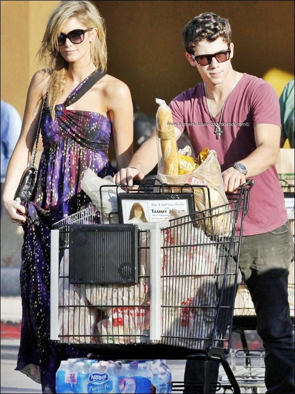 .   23/10/11 : Nick & Delta sortent d'un super marché après y avoir fait des achats, à Los Angeles. .