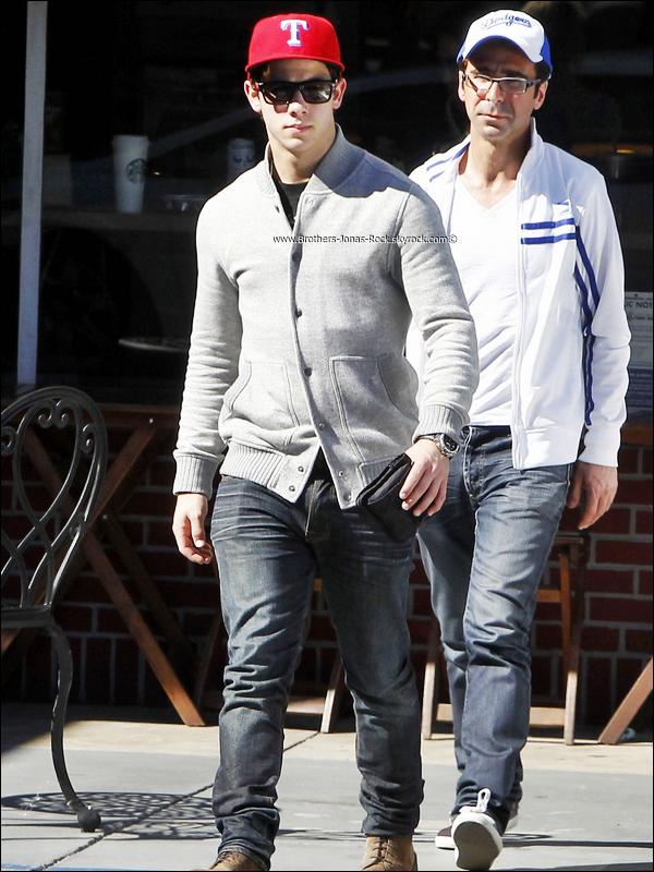 . 29/10/11 : Nick & Delta inséparables comme toujours, sortent d'un restaurant, à Studio City. .