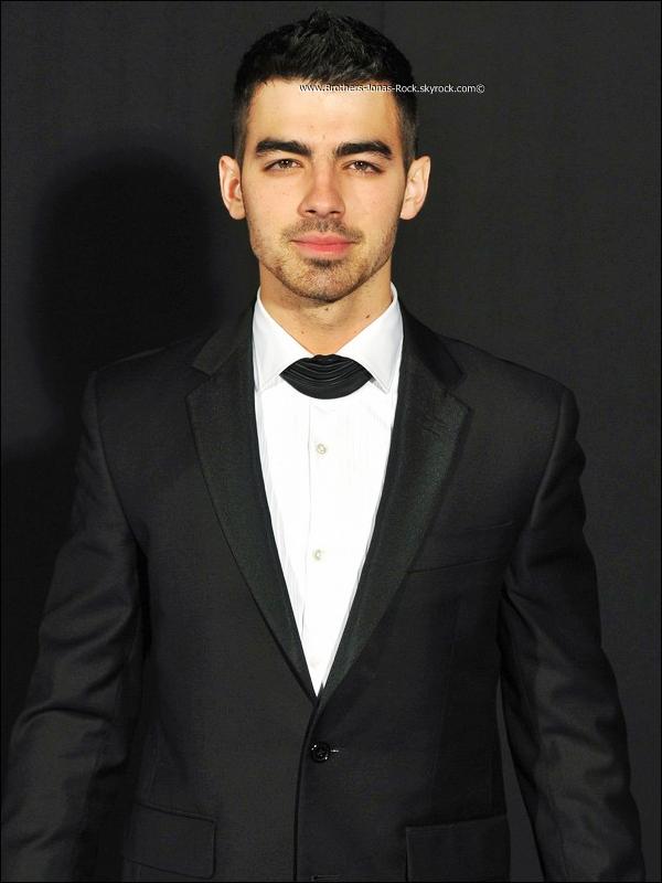. 01/11/10 :  Joe est de retour à Los Angeles. Nick qui semblait bien lui manquer l'attendait à LAX.  .