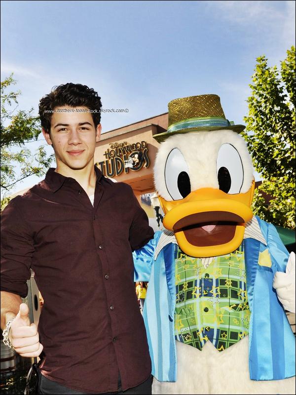 . 09/11/11 : Nick s'est rendu aux studios Disney Hollywood à Walt Disney, en Floride.  .