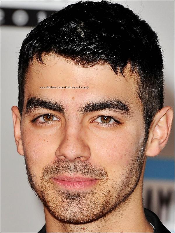 .  20/11/11 : Joe était présent aux « American Music Awards 2011 » qui ont eu lieu à Los Angeles, au Nokia Theatre.  .