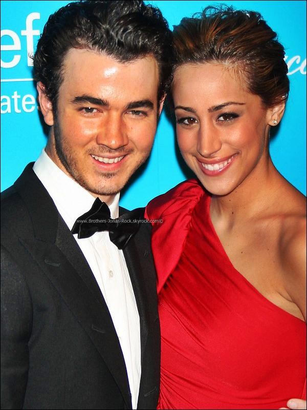 .  29/11/11 : Kevin & Danielle qui été vétue d'une robe Tadashi étaient à la soirée UNICEF Snowflake Ball 2011.  .