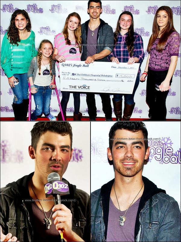 . 08/12/11 : Joe rend visite aux enfants malades de l'hopital de Philadelphie & en profite pour faire un don. .
