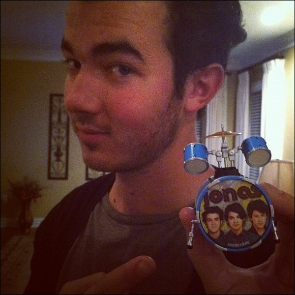 . Nouvelles photos personnelles de Kevin postées sur Twitter..  .