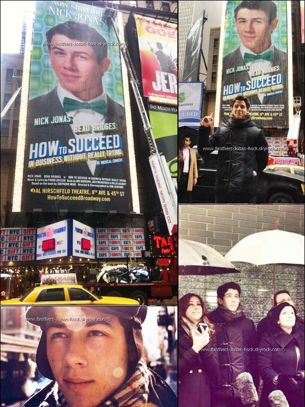 . 23/01/12 : La famille Jonas était devant le Time Square de New York pour voir le gigantesque poster de Nick.  .