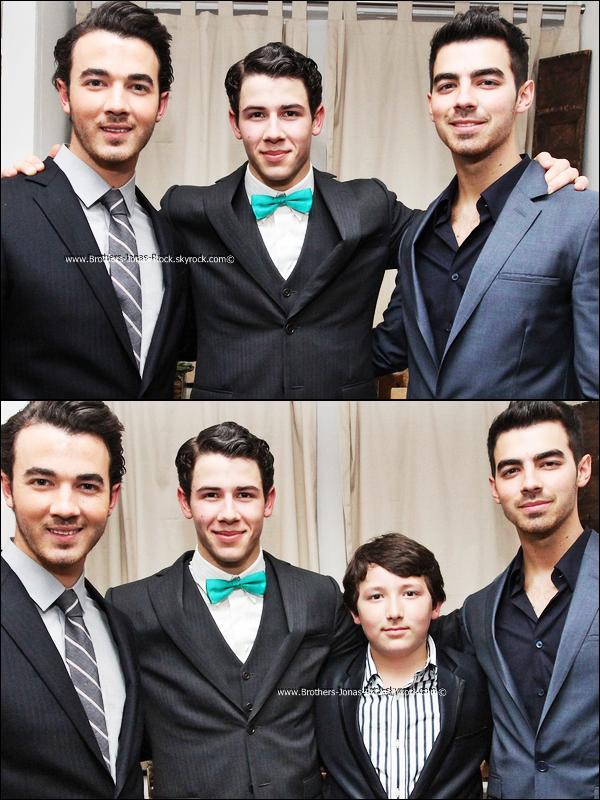 """.  24/01/12 : Les frères Jonas sont réunis pour le premier show de Nick de la comédie """"How To Succeed"""" à NY.   ."""