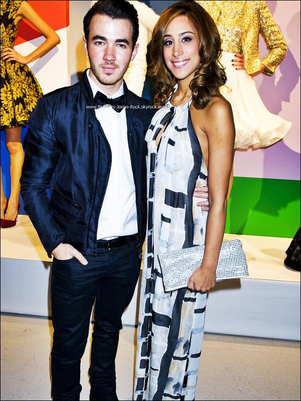 . 13/02/12 : Kevin & Danielle étaient au défilé de Mode de Alice + Olivia sur le cadre de la Fashion Week, New York. .