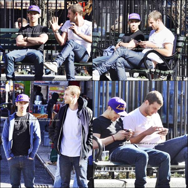 .  07/03/12 : Joe a été aperçu se promenant dans le quartier d'East Village à New York avec son ami Curtis Kulig.  .