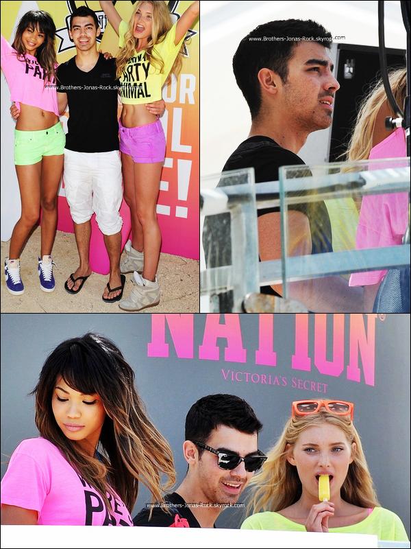 . 14/03/12 : Côtoyé par Chanel Iman & Elsa Hosk, Joe ne semblait pas s'ennuier à la fête oragnisée par Victoria's Secret, à Miami.  .