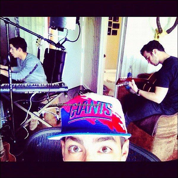 . Finis les vacances pour Joe. Il est de retour à New York en studio avec ses frères pour la préparation du 5e album.  .