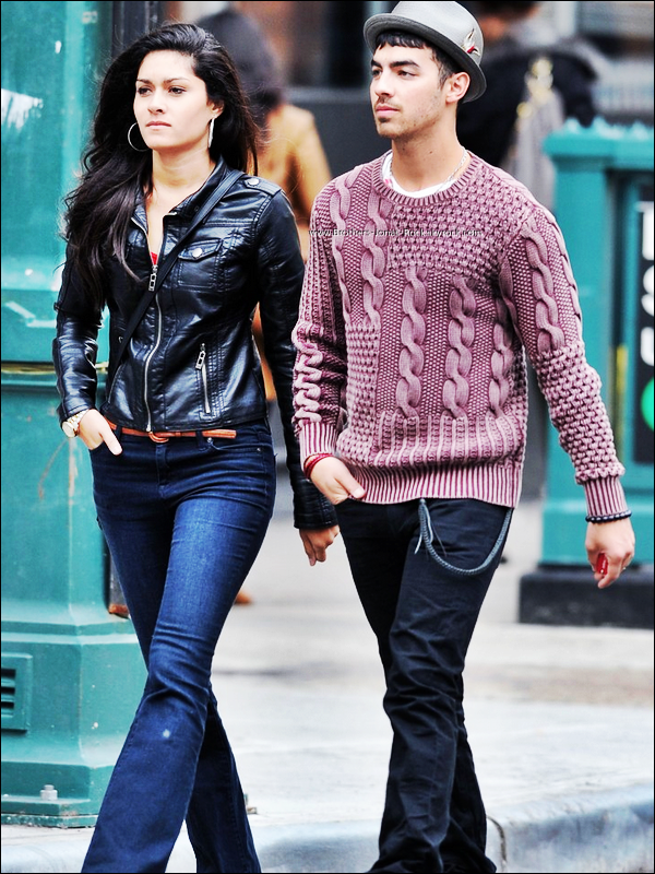 . 10/03/12 : Joe so promène dans Soho en compagnie de Elizabeth Zayas, à New York.  .