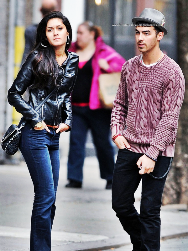 . 10/03/12 : Joe so promène dans Soho en compagnie de Elizabeth Zayas, à New York.  .