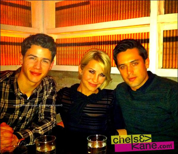 . 23/04/12 : Nick, Chelsea Kane ainsi que son petit ami Stephen Colletti ont été vu un restaurant à New York.  .