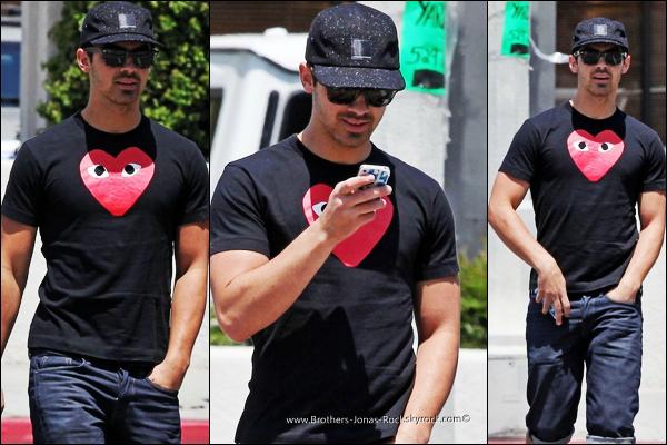 . 27/04/12 : Joe est de retour à Los Angeles. Il a été vu déjeunant avec ses amis au Kings Road.  .