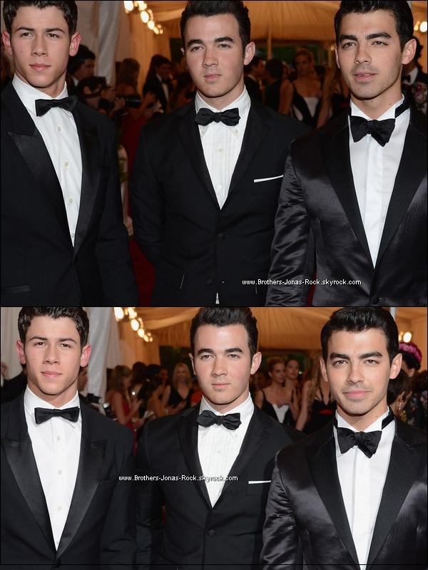 . 07/05/12 :  Vêtus de leurs plus beaux costumes, Nick, Kevin & Joe posent sur le tapis rouge du gala Met Ball, NY. .