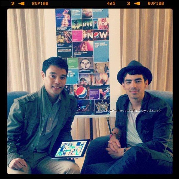 . ___ Joe Jonas nommé Ambassadeur pour la campagne #LiveForNow de Pepsi : Joe a été choisi par Pepsi pour être l'Ambassadeur de sa campagne #LiveForNow », au même titre que Nikki Minaj et Katy Perry. On ne sait pas encore s'il tournera une publicité, comme l'ont fait les deux chanteuses, mais il est dit que sa musique sera utilisée dans cette campagne. Une nouvelle qui a de quoi nous réjouir. Voici, ci-dessous, l'interview qu'il a accordée à Mashable Entertainment. Découvrez l'interview ci-dessou :  .