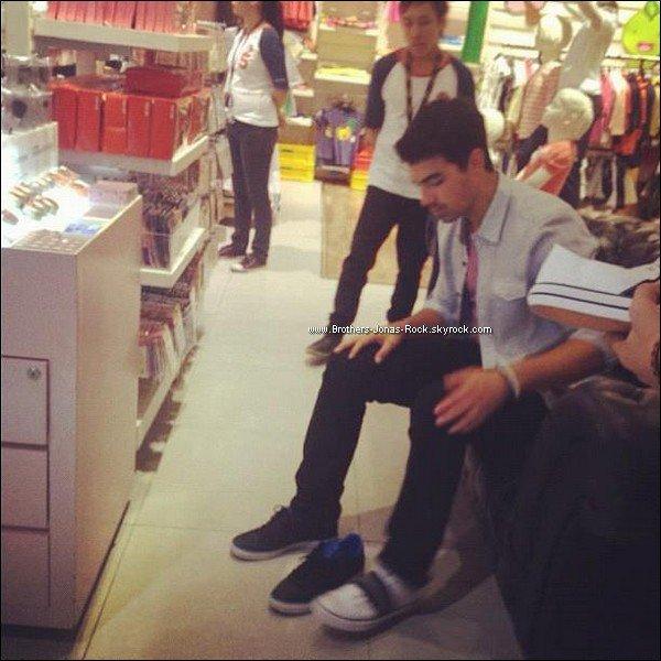 . 22/05/12 : Arrivée de Joe à l'aéroport de Manille ensuite shopping à la boutique Bench, aux Philippines. .