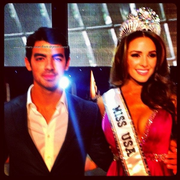 . « Moi & Miss USA 2012! WOo!! » - Message & photo postés sur le Twitter de Joe.    .