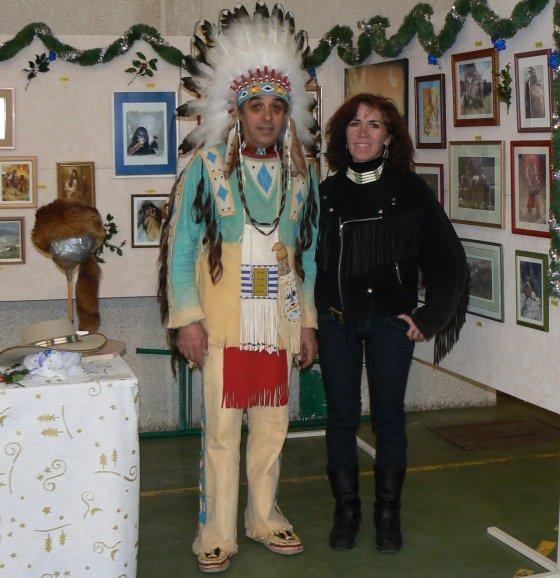Jean AZNAR en tenue traditionnelle Sioux Lakota, avec son épouse Brigitte, lors d'une expo.