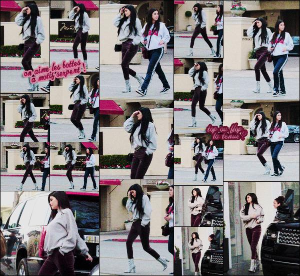 .01/02/2017 : Kylie et une amie ont été vus quittant un restau' dans L.A puis sont elles sont allées se balader Miss Jenner a associé le jogging en velours avec bottines à talons en python! On aime ou pas ce new style ? Top ou flop la tenue de Kyl' ? .