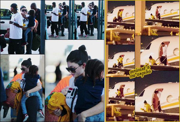 .30/01/2017 : Kylie et sa famille ont été vus prenant l'avion a l'aéroport du Costa Rica en direction de L.A Terminé les vacances au soleil, retour au bercail pour la famille. Kylie a opté pour une tenue décontractée.  Top ou flop la tenue de Kylie ? .