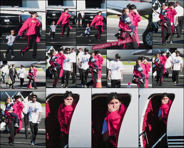 .26/01/2017 : Kylie et toute la famille ont été vus à l'aéroport privé de Van Nuys près de Los Angeles Arrriiiiibaaa ! La famille Kardash' s'envole pour le Costa Rica, Kyl' porte une tenue très décontractée. Top ou flop la tenue de Kylie ? .