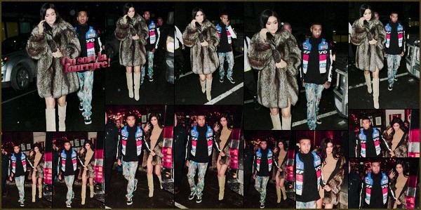 .10/02/2017 : Kylie était invitée au défilé de mode de Jeremy Scott lors de la Fashion Week à New-York C'est dans une tenue très sexy que Kylie a fait son apparition sur le banc des stars lors de la célèbre Fashion Week. J'adore elle est superbe! .