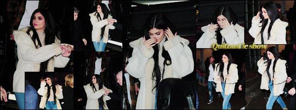 .15/02/2017 : Kylie était invitée au premier rang du défilé de Kanye West à New-York lors de la FWeek La belle était habillée de la tête au pied en Yeezy. Optant pour un jean simple et une paie de bottines Kyl' a fait sensation. Top ou flop la tenue? .