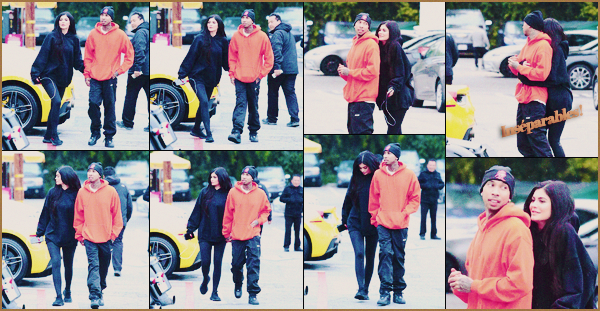.19/02/2017 : Les amoureux ont été vus se promenant dans les rues de Calabasas pour faire du shopping C'est dans la lambo de Tyga que les amoureux sont allés faire du shopping. Je n'aime pas du tout cette tenue Kylie! Que pensez-vous de la tenue ? .