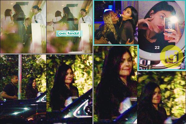 .26/04/2018 : Kylie et Kendall sont allées à l'anniversaire de Jordyn W. au Highlight Room à Hollywood La belle a organisée l'anniversaire de sa meilleure amie dans une salle privée. Kylie portait un ensemble en velours pourpre... Bof! Des avis ? .