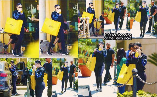 .28/04/2018 : Kylie a été vue dans les rues de Los Angeles faisant du shopping au magasin Fendi Petite sortie shopping pour Miss Jenner! La belle s'est offert du Fendi et un café frappé. Je n'aime pas du tout sa tenue. Des avis ? .