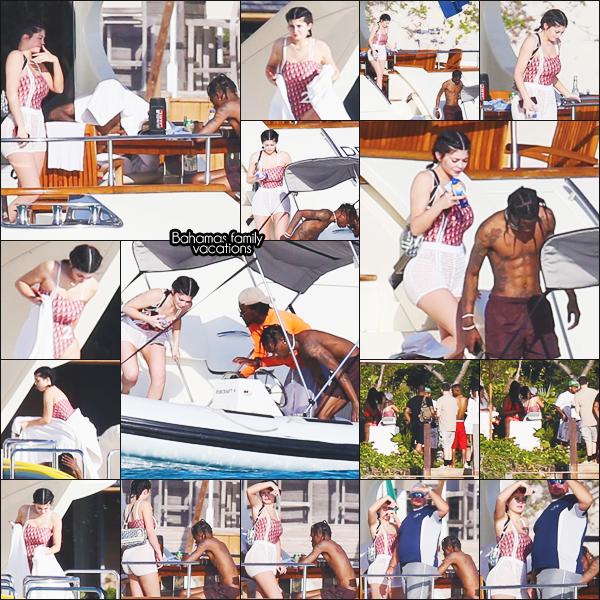 .01/05/2018 : Kylie, Travis et Stormi ont été vus profitant du soleil sur un yacht aux Bahamas L'anniversaire de Travis se poursuit sur un yacht au large des Bahamas. La petite famille lézarde au soleil ! Top le maillot Kylie. J'adore ! .