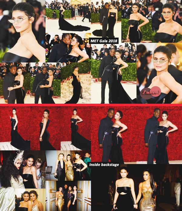 .07 Mai 2018 •• Kylie et Travis étaient présent sur le tapis rouge du MET Gala à New-York Le thème du Gala était : L'imagination Catholique. Kylie est parfaite dans cette robe sur mesure signée Alexander Wang. J'adore