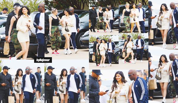 .19 Mai 2018 •• Kylie et son amie Stassie ont été vues quittant un restaurant dans Malibu Enfin des news de Kylie ! J'aime beaucoup cette tenue casual/sporty, ça lui va très bien. Je lui met un top,  des avis sur sa tenue ?