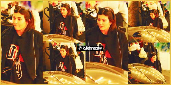 .11 Mai 2018 •• Kylie, et Jordyn ont été photographié, profitant de la soirée à Sherman Oaks. Kylie Jenner ne porte pas de maquillage pour cette soirée entre filles, et cela lui va tout de même à ravir.. Tu en penses quoi ? Ton avis ?