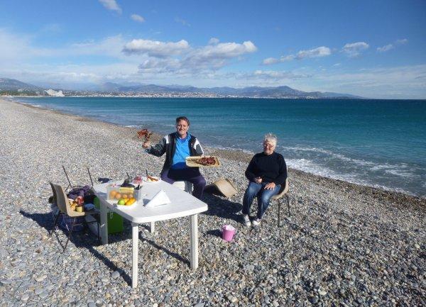"""MARATHON  NICE - CANNES , dimanche 10 onvembre 2013 , plage de la Fontonne à Antibes ...et petite """" grillade - party '' avec ma femme Eliette t mon fils Christophe ."""
