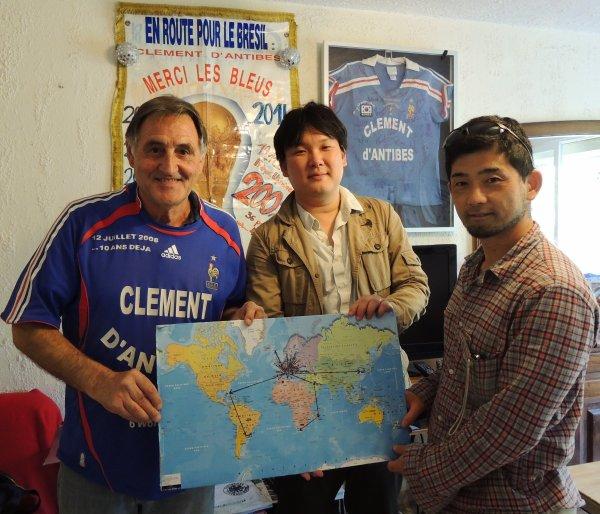 """... 2 journalistes  sportifs  JAPONAIS    de  TOKYO  sont venus en EUROPE  pour réalisér des reportages- photos sur les supporters les plus """""""" emblématiques ''' qui se rendront au .... BRESiiiiiiiLL !!"""