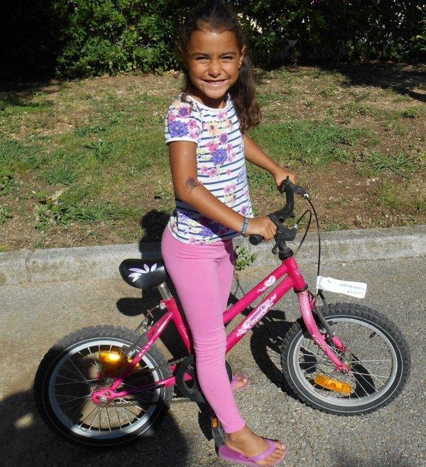 QUELLE JOIE  !!! ... ma petite fille LYS  sait ...faire du vélo ....en ce 25 aout 2015 !!
