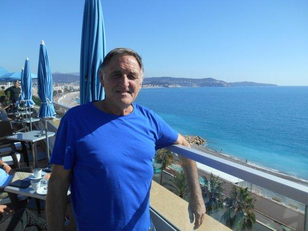 """Arrivée des BLEUS vers midi , ce 7 octobre , au RADISSON  BLU HOTEL , Promenade des Anglais à NICE , ...et """"""""vues'' depuis la terrasse du 6éme étage de la BAIE DES ANGES ....avec le célébrissime journaliste :: Jérome"""
