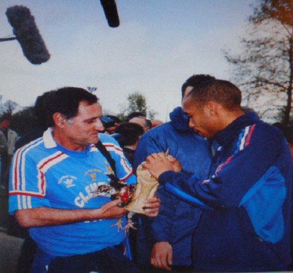 """( suite )) ... invité à l' INAUGURATION   OFFICIELLE  du  MUSEE  de la FIFA , ou ma """" coupe du monde '' en bois , signée par 13 Champions du MONDE de  98 ... Y sera exposée durant 5 ans .. renouvelables !!"""
